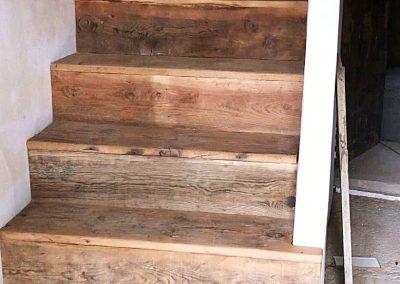 Escalera terminada en madera
