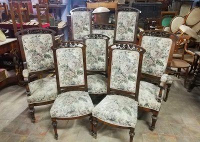 Bancos y sillas antiguas