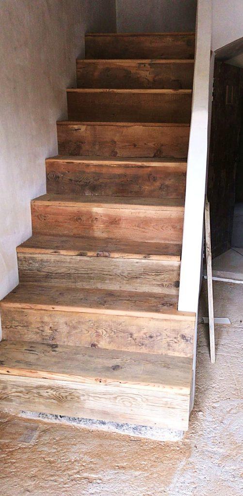 Escalera hecha con madera antigua