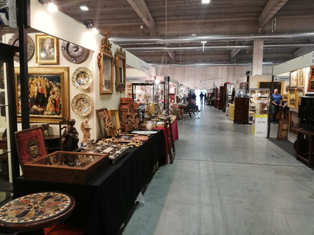 Interior de feria de antigüedades Mercainfiera 2019
