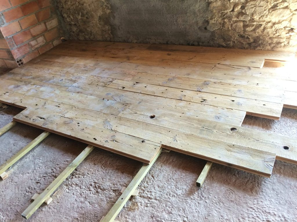 Proceso de montaje de suelo antiguo de madera