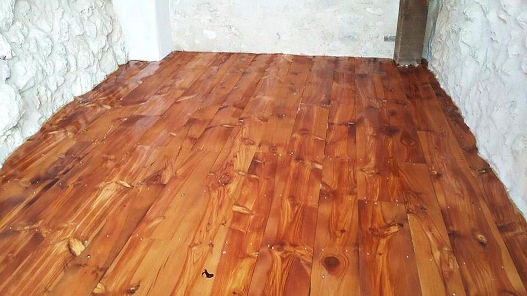 Suelo de madera barnizado