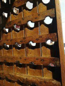 Decoración con antigüedades, botellero de roble