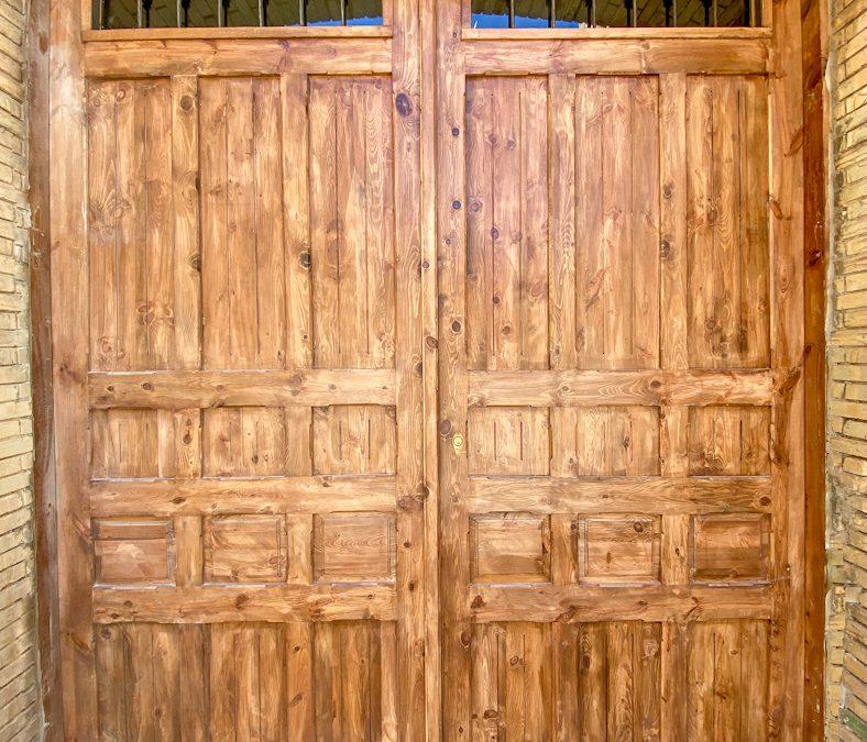 Puerta de madera fabricada con material de época